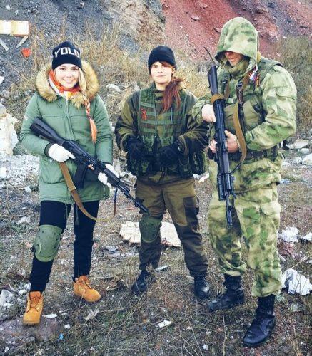 Марьяна Наумова с автоматом в Донецке