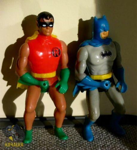 Бэтмен и Робин качают предплечья