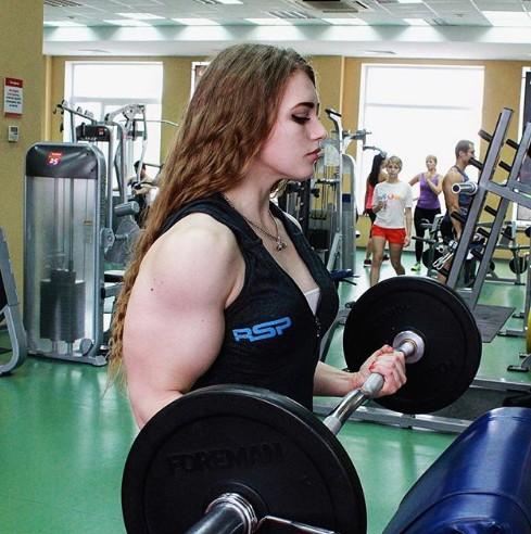 Юлия Винс поднимает на бицуху больше, чем ты жмешь